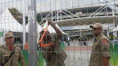 CONEXÃO BOMBEIRO : Bombeiros quebram cadeado para abrir Engenhão ante...
