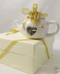 Lanterna Teiera Bomboniera Conchiglie Innamorate Lux confezionata con nastri oro è ideale per 50 anni di matrimonio, la lanterna è di un meraviglioso color Avorio in ceramica, con dei romantici cuori traforati.