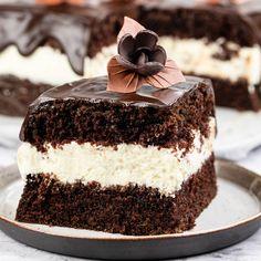Zobacz koniecznie jak wygląda najpyszniejsze ciasto z mascarpone. U mnie jest to przepis na wilgotne ciasto czekoladowe oraz idealna masę z serkiem mascarpone. Całość polana aksamitną polewą z czekolady! Party Drinks, Tiramisu, Sweet Tooth, Cheesecake, Cooking Recipes, Ethnic Recipes, Cakes, Party Ideas, Mascarpone