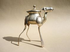 Dean Patman - sculpture made with found objects and recycled metal. Recycled Robot, Recycled Metal Art, Scrap Metal Art, Arte Robot, Robot Art, Robots, Found Object Art, Found Art, Silverware Art
