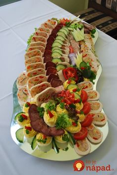 Krásne nápady na slávnostné veľkonočné pohostenie! Party Food Platters, Food Trays, Party Trays, Cheese Platters, Creative Kitchen, Creative Food, Food Design, Edible Fruit Arrangements, Bosnian Recipes