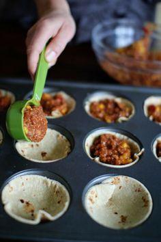 Mini pizza-hapjes gemaakt in een muffinvorm