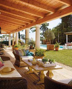 almohadones grandes, mesa de madera Un paraíso en el sur · ElMueble.com · Casas