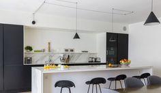Dans la cuisine, le bar s'offre en coin repas supplémentaire et sépare les espaces sans les cloisonner.