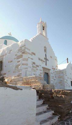 Η εκκλησιαστική παράδοση στην Πάρο χαίρει αιώνες ιστορίας και παραμένει ακόμα και σήμερα ιδιαίτερα ζωντανή. Σε όλο το νησί, μέσα και έξω από τους οικισμούς, είναι κτισμένες συνολικά 450 εκκλησίες και πάνω από 30 μοναστήρια, εκ των οποίων μόνο τα 5 λειτουργούν σήμερα.