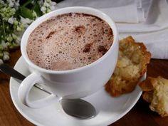 Sıcak çikolata tarifi... Isınmak için içilebilecek en tatlı içecek sıcak çikolatayı kendiniz hazırlayabilirsiniz. http://www.hurriyetaile.com/yemek-tarifleri/alkollu-alkolsuz-icecek-tarifleri/sicak-cikolata-tarifi_2337.html