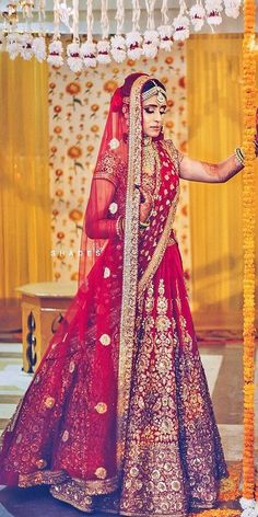 Indian wedding dresses are very beautiful. Usual indian bridal dresses made of chiffon or silk and adorned with elaborate embroidery, red or gold color. Indian Wedding Gowns, Wedding Lehnga, Indian Bridal Outfits, Indian Bridal Lehenga, Indian Bridal Wear, Red Wedding Dresses, Indian Dresses, Bridal Dresses, Wedding Wear
