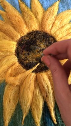 Wool Needle Felting, Needle Felting Tutorials, Wet Felting, Bordado Popular, Loom Knitting Stitches, Felted Wool Crafts, Felt Pictures, Felt Embroidery, Wool Art