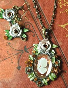 BELLE AMONG ROSES NECKLACE