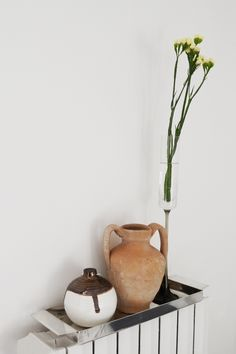 Styling_ceramicball_anfora_flowers_yellow_cotto_vassoio_argento