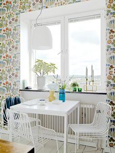 lovely Scandinavian home, love this wallpaper