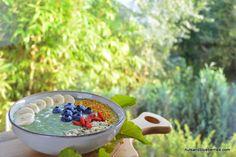 Spirulina smoothie bowl with greens / Spirulina smoothie bowl mit Blattgrün