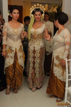 Wedding kebaya (indonesian traditional clothes) :'D