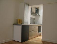 Une cuisine dans une entrée, libère de la place dans ce studio ! Place, Tall Cabinet Storage, Studio, Furniture, Home Decor, Kitchens, Decoration Home, Room Decor, Studios