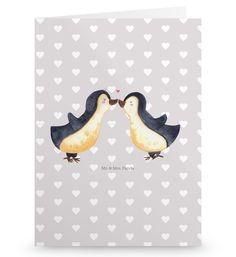 Grußkarte Pinguin Liebe aus Karton 300 Gramm  weiß - Das Original von Mr. & Mrs. Panda.  Die wunderschöne Grußkarte von Mr. & Mrs. Panda im Format Din Hochkant ist auf einem sehr hochwertigem Karton gedruckt. Der leichte Glanz der Klappkarte macht das Produkt sehr edel. Die Innenseite lässt sich mit deiner eigenen Botschaft beschriften.    Über unser Motiv Pinguin Liebe  Das Gefühl verliebt zu sein und seinen Verbündeten gefunden zu haben ist unbezahlbar. Die verliebten Pinguin überbringen…