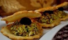 This festive, cocktail party appetizer of puff pastry you can cook very simply and quickly. You'll get a real culinary masterpiece, but still very tas Food Design, Cocktail Party Appetizers, Food Porn, Pastry Shells, Good Food, Yummy Food, Easy Snacks, Bon Appetit, Finger Foods