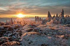 Un beau lever de soleil d'hiver sur les sommets du Pilat (Massif-Central, France). par Kiredjian Joris