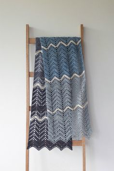 My brand new crochet zig zag shawl. Crochet zig zag shawl, in Denim yarn and pattern description | Happy in Red