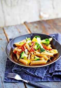Tästä pastasta saa voimia. Pilko joukkoon parsakaalia ja appelsiinia.
