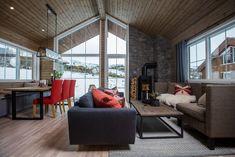 Falketind er en moderne utgave av Falketind Tradisjon. Større vindusflater og steinforblendingsfelt i fasaden. Divider, Room, Furniture, Home Decor, Bedroom, Decoration Home, Room Decor, Rooms, Home Furnishings