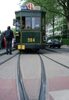 Oude tramlijn 41 van het Trammuseum te Brussel 'aux étangs Mélaerts' rechtover het Woluwepark