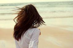 Cái buồn chính trong cuộc đời này là đã cố gắng hết sức mà vẫn chẳng giữ nổi từng người ở lại trong đời mình. Và rồi những tình cảm ấy phai nhạt dần đến độ chỉ cần quay lưng bỏ đi nó sẽ vỡ tan không một chút do dự. Rồi bất chợt một ngày nhìn lại, thấy kỉ niệm xô đẩy vào nhau, chất chồng, ngổn ngang. Nhớ nhớ thương thương, chỉ còn là những khái niệm, bận tâm phân biệt đúng sai làm gì khi yêu thương một người, mình mong họ ổn bất cần chân lý nào cả..