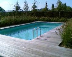 Wilt u het hout rondom uw zwembad schilderen? Dit kunt u doen met een betonverf. Met een transparante betonverf behoud u de kleur van het hout maar beschermt u het hout tegen vocht.