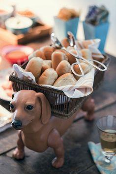 Cachorro-quente não tem nada a ver com seriedade. Por isso, use itens divertidos para servi-lo, como essa cesta de cãozinho D. Filipa