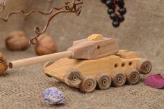 Les pieces de ce jouet char militaire ont ete decoupees en differentes essences de bois et fixees a l'aide de vis autotaraudeuses. Votre petit fils aime surement jouer avec de differents jouets de...
