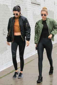 Kendall Jenner Photos - 4242 of 11751 Photos: Kendall Jenner and Gigi Hadid Brave the L. Rain Kendall Jenner Photos - Gigi Hadid and Kendall Jenner hang out in the rain on December - Kendall Jenner Photos - 4242 of 11751 Kendall Jenner Gigi Hadid, Looks Kylie Jenner, Gigi Hadid Outfits, Kendall Jenner Photos, Outfits Otoño, Sporty Outfits, Club Outfits, Fashion Outfits, Dakota Johnson
