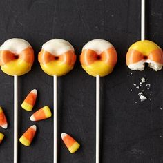 Fall colors are showing up on treats as well as trees! Mini donuts on a stick take candy corn as inspiration for a Halloween goodie everyone will love. Bake them in the mini donut pan, then decorate them with colorful Candy Melts candy! Halloween Donuts, Halloween Desserts, Cute Halloween Treats, Halloween Cake Pops, Halloween Goodies, Halloween Party, Halloween Baking, Halloween Ideas, Halloween 2019
