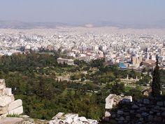 El Ágora es la plaza de las ciudades griegas en la Antigua Grecia.Era un espacio abierto, centro de la vida social, política y administrativa de la ciudad. Acogiendo todo tipo de actividades, tanto comerciales como políticas o religiosas. El Ágora griega es el lugar donde convivieron los grandes filósofos clásicos.