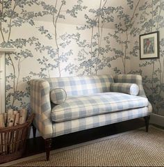 English Country Style, Wood Wallpaper, Wallpaper Ideas, Spare Room, Classic House, Traditional House, Love Seat, Upholstery, New Homes