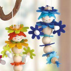 © Kleine Holzraupen aus Holzkugeln und Filz-Blüten