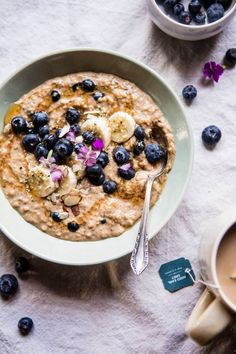 Earl Grey Blueberry Oatmeal is part of Oatmeal recipes - This oatmeal makes for an easy and tasty breakfast The Oatmeal, Blueberry Oatmeal, Oatmeal Porridge, Overnight Oatmeal, Breakfast Desayunos, Perfect Breakfast, Breakfast Ideas, Breakfast Porridge, Healthy Oatmeal Recipes