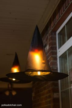 51 Spooky Diy Halloween Front Porch Decorating Ideas This Fall Spooky Floating Hats Scary Diy Halloween Porch Decoration Ideas Vintage Halloween Porch Retro Halloween, Diy Deco Halloween, Deco Haloween, Halloween Veranda, Diy Halloween Dekoration, Casa Halloween, Halloween Witch Decorations, Dollar Store Halloween, Halloween Porch