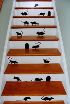 Ik zag een muis Waar? Daar op de trap. Een kleine muis met klompjes..........................