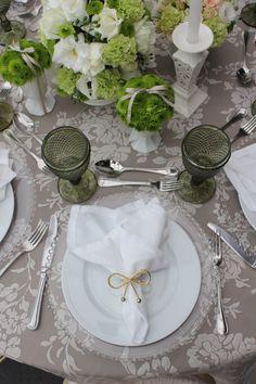 Linda Composição, muita Clássica! Flores brancas e verdes entre peças de carâmica trabalhada, taças bico de jaca verde, souplat de vidro com contas, porta guardanapo de laço dourado, um luxo!