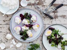 Punajuurella värjätyt kananmunat