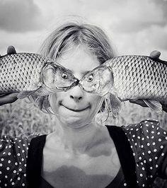 Superposition des poissons au visage de la jeune femme.