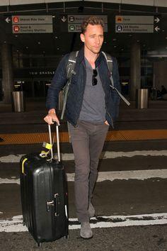 Tom-Hiddleston-Street-Style-Fashion-LAX-Airport-BWJRBSGO-Tom-Lorenzo-Site (1)