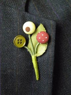 boutonniere - would be a fun workshop - everyone gets to dig out buttons from the tin. Button Bouquet, Button Flowers, Textile Jewelry, Fabric Jewelry, Button Art, Button Crafts, Do It Yourself Jewelry, Fabric Brooch, Vintage Buttons