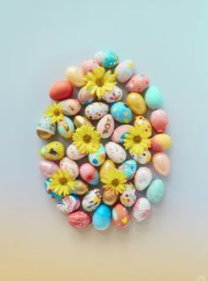 Easter basket ideas: DIY chunky yarn keychain with tassels and pom poms - Think. Tape Painting, Feather Painting, Baby Gift Wrapping, Blackberry Smoothie, Gold Spray Paint, Diy Tassel, Chunky Yarn, Egg Decorating, Abstract Flowers