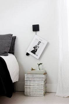 15 DIY Nightstand Ideas for a Unique Bedroom Interior Home Bedroom, Modern Bedroom, Bedroom Decor, Bedrooms, Bedroom Sets, Home Staging, Design Scandinavian, Scandinavian Living, Magazine Storage