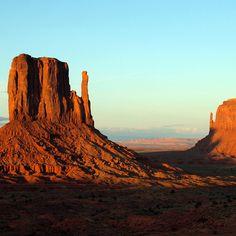 Pensando em por o pé na estrada? Monument Valley localizada ao longo da fronteira entre o Arizona e Utah/EUA. #monumentvalley #explore #aventura #esporte #radical #indomitum #indomitumshop #manifestyouridentity #camisetas #tshirt #babylook #vestuario #roupa www.indomitumshop.com.br