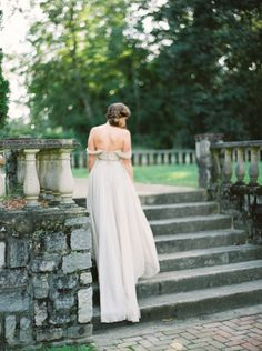 Using a neutral palette and inspired by nature, this bridal shoot by Shannon Moffitt in The Norfolk Botanical Gardens Renaissance gardens reflects the untamed, organic and romantic feel of the surroundings.