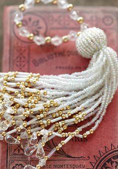 タッセル・オーナメント/ホワイト Saree Tassels Designs, Beaded Jewelry, Handmade Jewelry, Rakhi Design, Glands, Passementerie, Diy Keychain, Hand Designs, Beaded Embroidery