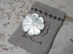 ミャンマーの職人さんが一つ一つ手作業でカット・研磨して作った、シェル(主に白蝶貝)のパーツを、ブローチにしました。ブローチピンは日本製で良質なものです。★四つ...|ハンドメイド、手作り、手仕事品の通販・販売・購入ならCreema。