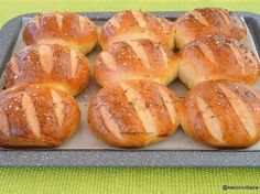 sau robotul), ii dam o forma de bila si il lasam la Cooking Bread, Bread Baking, Cooking Recipes, Romanian Food, Pastry And Bakery, Dough Recipe, Food Cakes, Creative Food, Food Inspiration