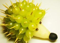 Decorazione di Frutta Riccio Uva http://www.lovediy.it/decorazione-frutta-riccio-uva/ Una #decorazione di #frutta simpatica e veloce da preparare! Posizionato su un bel piatto, o meglio ancora su un'alzatina, il #riccio #uva darà un tocco di originalità e di colore alla #tavola...